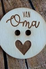 """Houten knoop met tekst """"van Oma"""""""