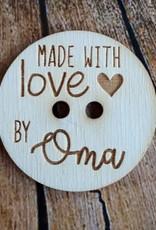 """Houten knoop met tekst """"made with love by oma"""""""