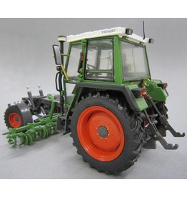 Weise Toys Weise Toys 1011 - Fendt 360 GT werktuigendrager met schoffeltuig 1:32