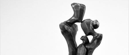 Elegante houten en bronzen sculpturen