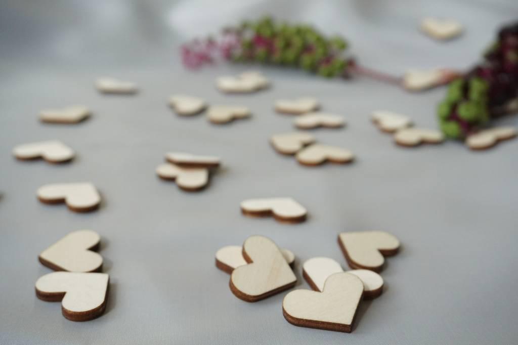 Houten hartjes tafelconfetti
