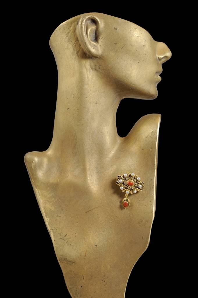 Brosche mit Koralle und Perlen