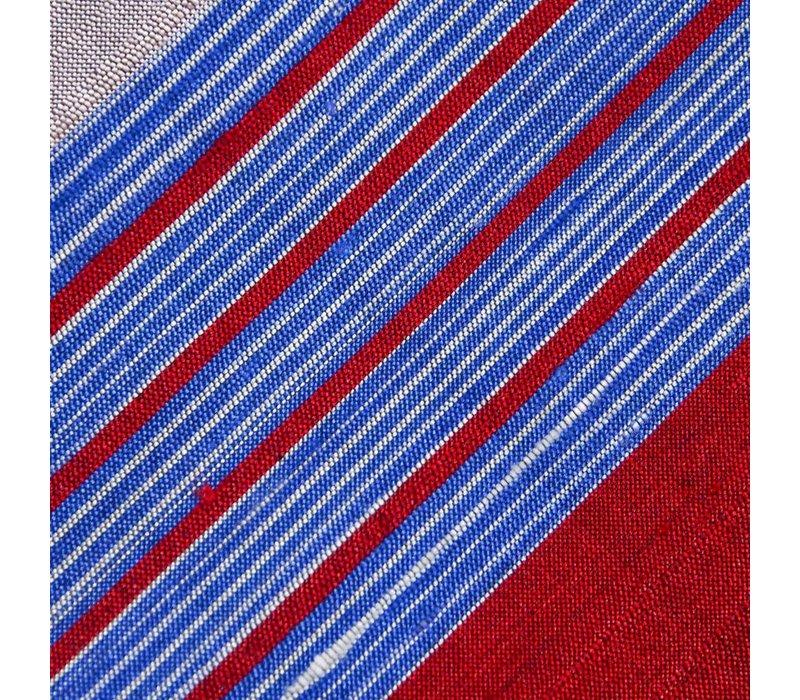 Selbstbinder aus Dupion Seide gestreift in Marine. feurigem Rot und royalem Blau