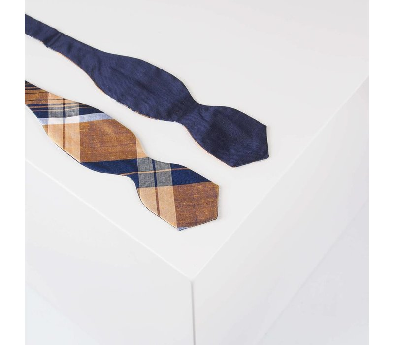 Selbstbinder aus Dupion Seide in Tartan Muster Marine und Variationen von Gold und Silber