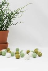 Pompom viltslinger wit • zijdegroen • olijfgroen