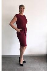 Jurkje donkerrood met strikceintuur: een musthave in je kledingkast!