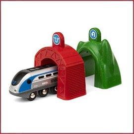 Brio SMART Travel Engine met actie tunnels