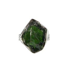 Zilveren ring diopsiet (chroom) maat 18 1/2 | ruw 2,2 x 1,7 cm