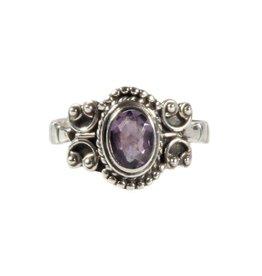 Zilveren ring amethist maat 19 | ovaal facet krullen 8 x 6 mm