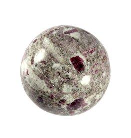 Robijn in veldspaat edelsteen bol 47 mm