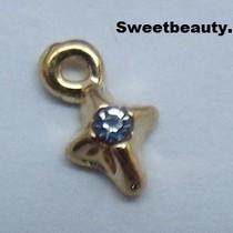 Kruisvormige piercing met blauwe strass