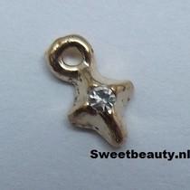 Kruisvormige piercing met zilveren strass