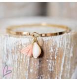 Beadle Goudkleurige platte armband met cowrie schelp en peach kwastje