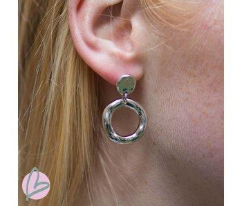 Viva zilverkleurige oorbellen met bewerkte ring