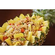 Gebakken rijst met ananas en garnalen