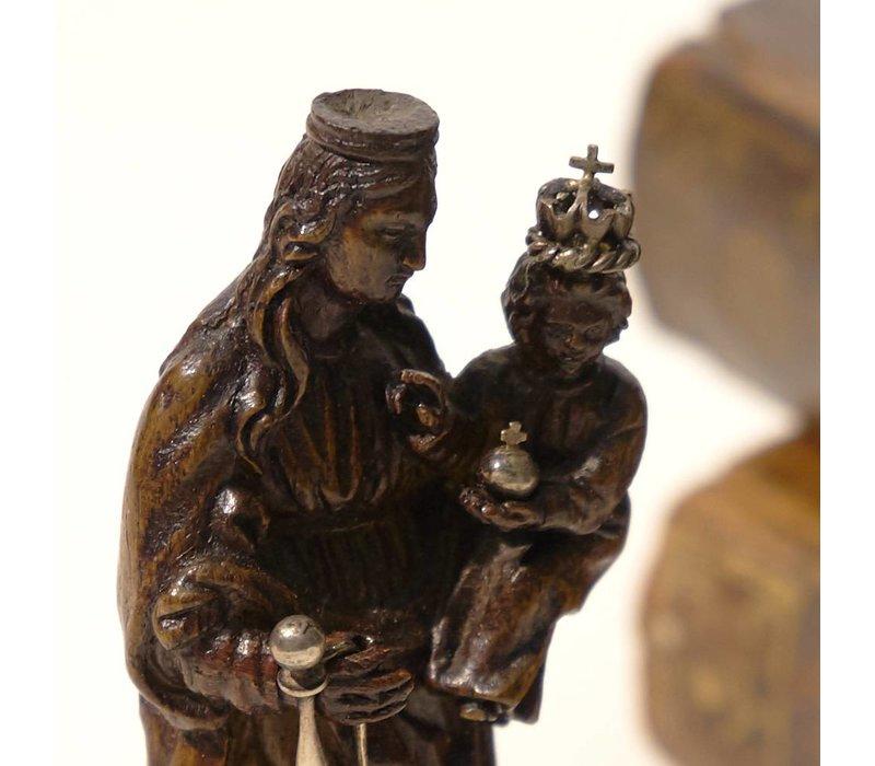 Maria met kind, staande op een maansikkel