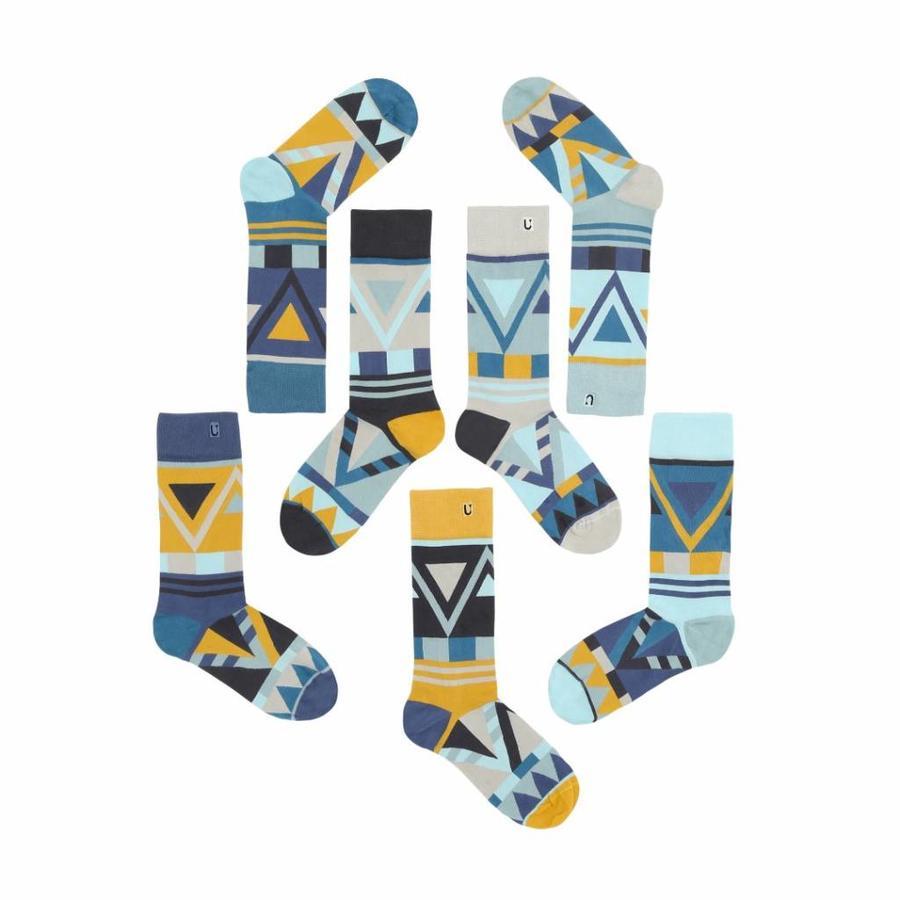 Verschiedene aber passende Socken in anständiges Azurblau, Citrin und Silber Nuancen.