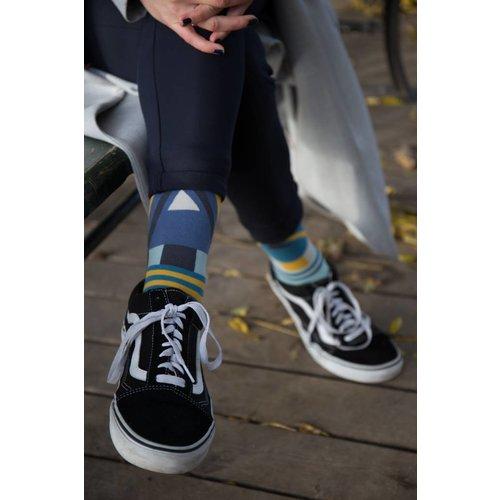 Solosocks Verschillende maar bijpassende sokken in azuur, citrien en zilver nuances.