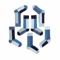 Verschiedene aber passende Socken in dezentes Türkis, Azur und Indigo Nuancen.