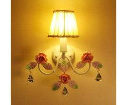 Retro vägglampa med keramiska rosor