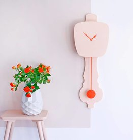 KloQ KLOQ - Roze klok met oranje wijzers & slinger