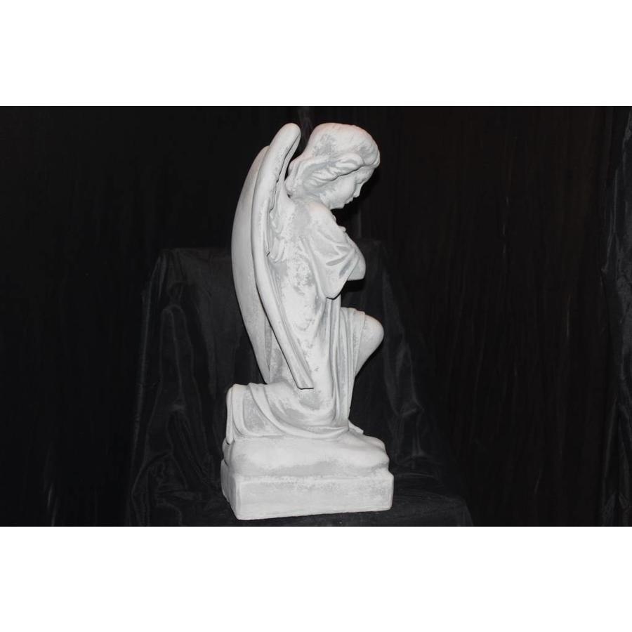 Knielende engel in gebed-2