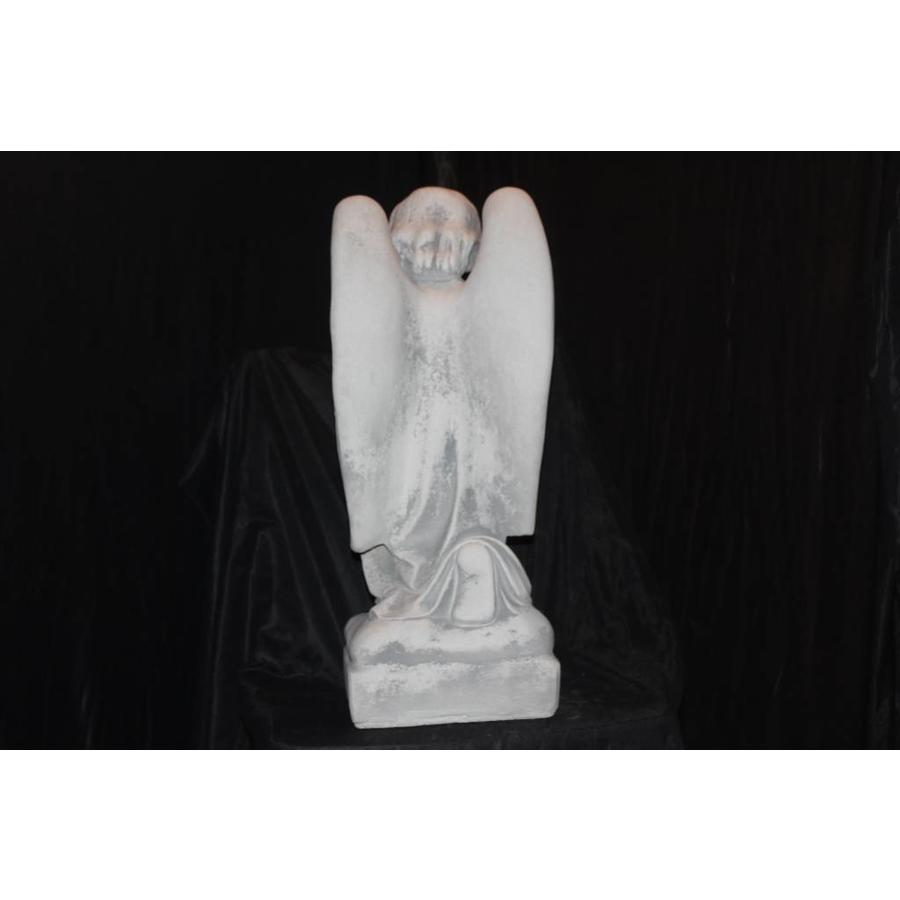 Knielende engel in gebed-4