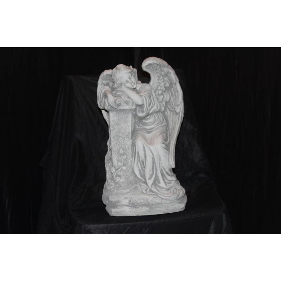 Engel leunend op paal-1