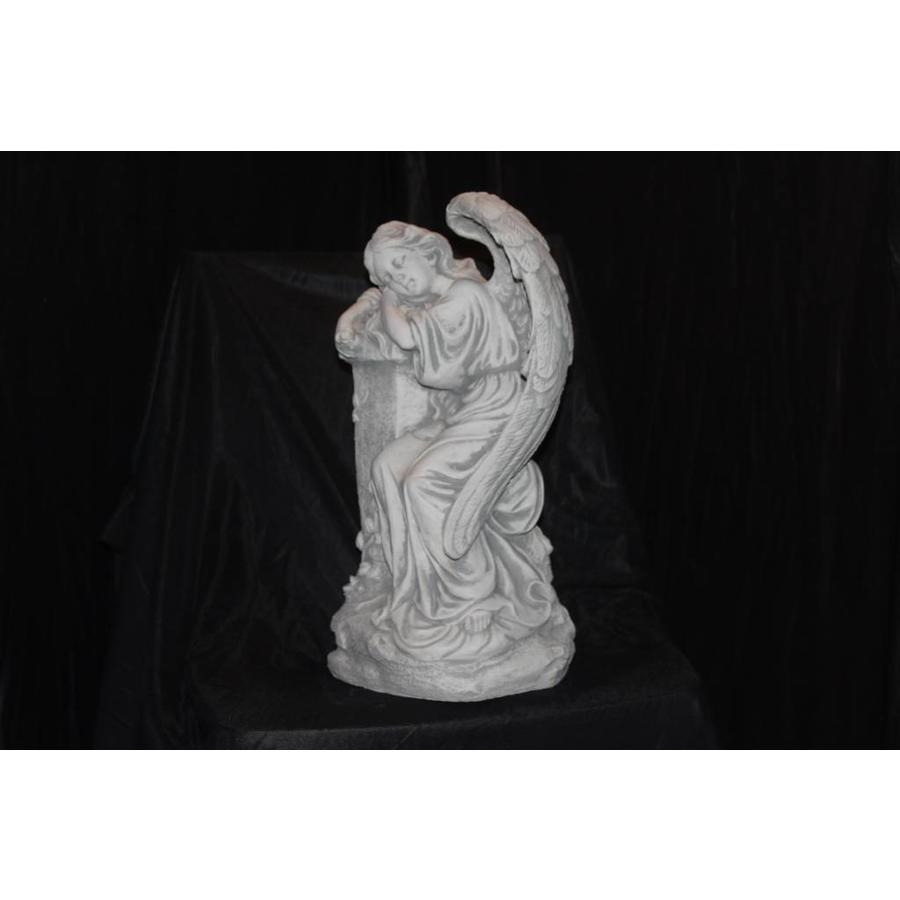 Engel leunend op paal-2