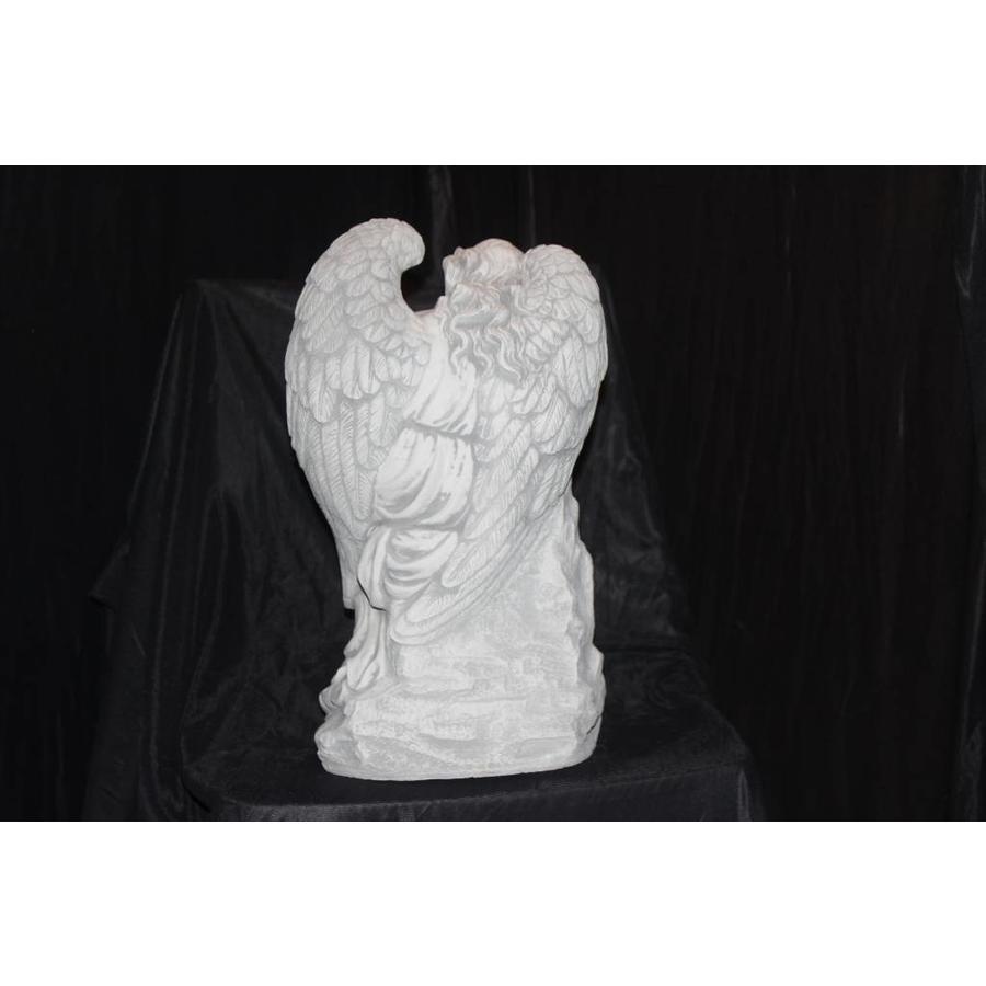 Engel leunend op paal-4