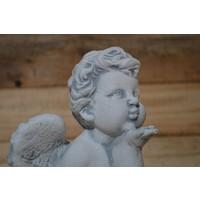 Engel geeft handkus ( H 23 cm)