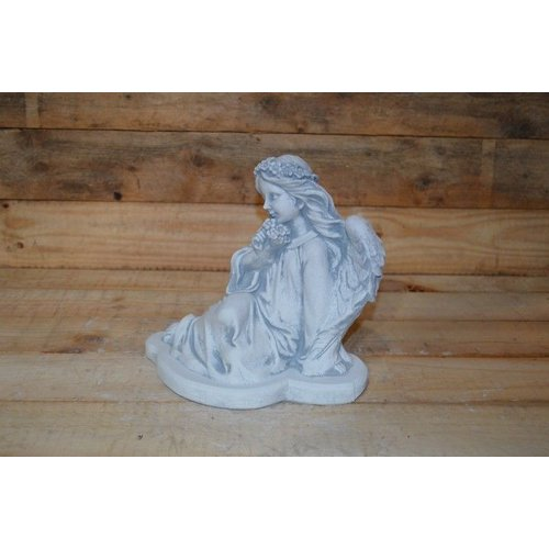 engel zit uit te rusten ( H 23 cm)