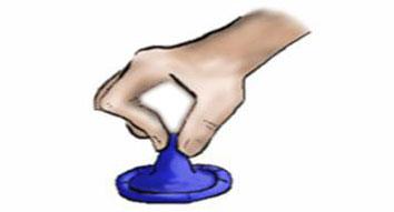 Neem het condoom bij het reservoir