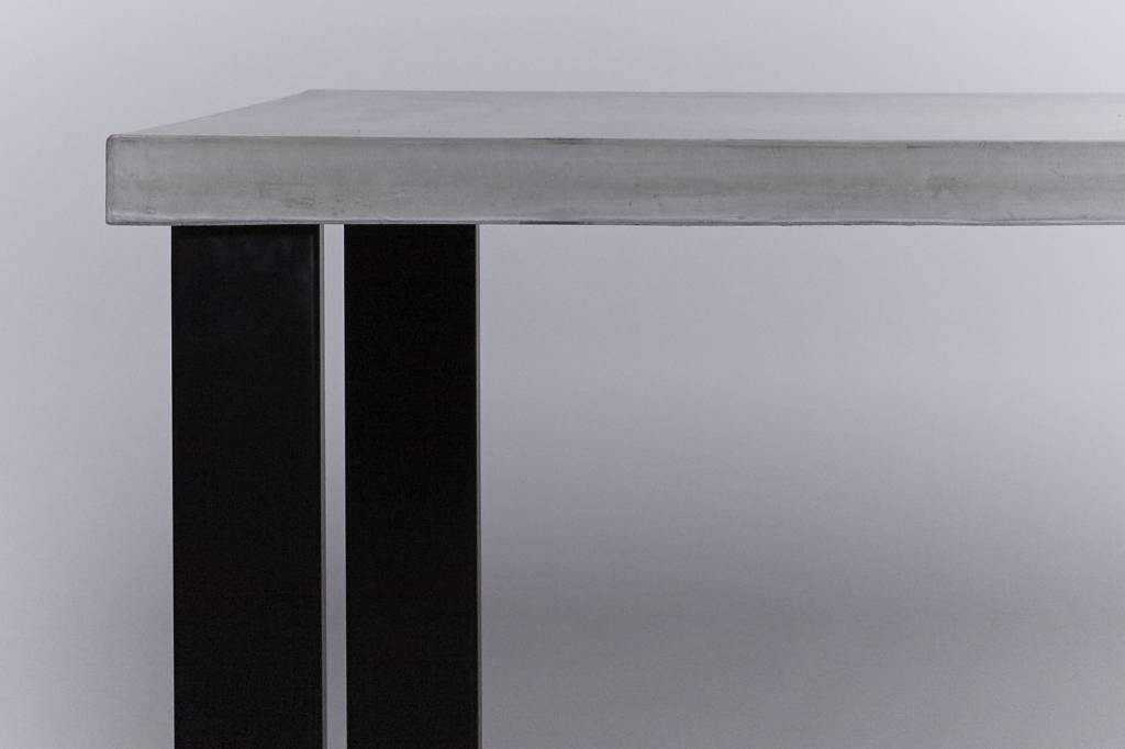 Eettafel van beton met zwart stalen onderstel sh collections