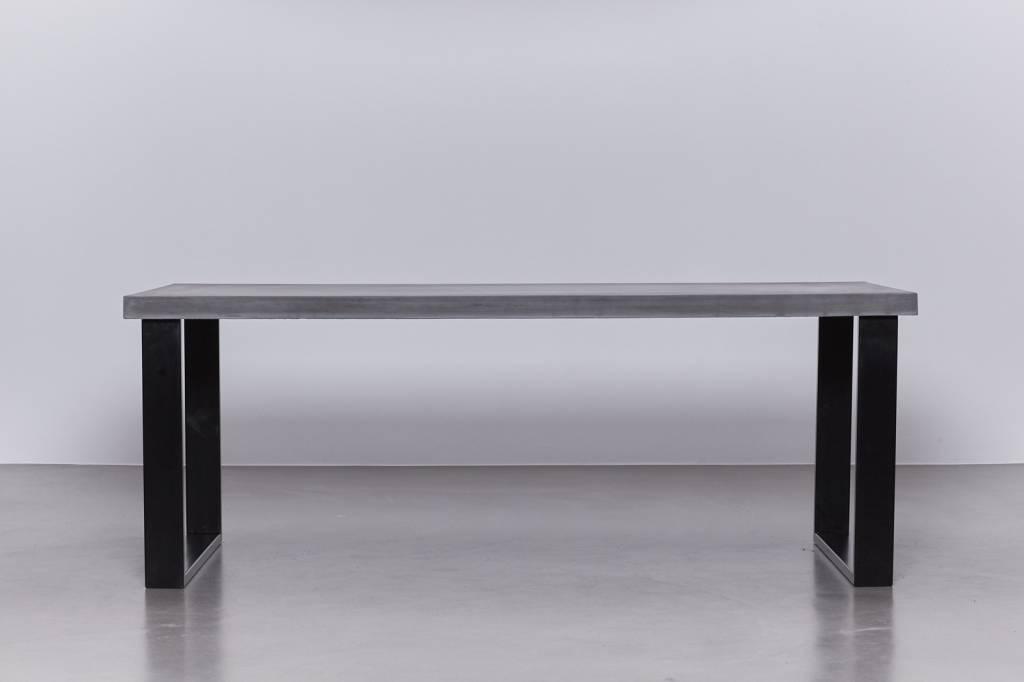 Betonfabriek  Betonnen tafel met zwart stalen onderstel