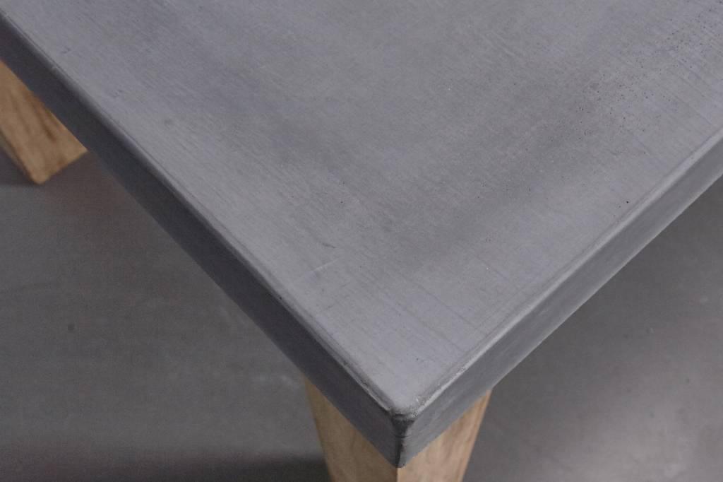 Betonfabriek  Betonnen tafel met eikenhouten poten