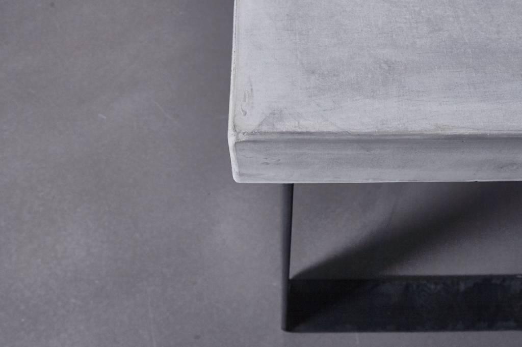 Betonfabriek  Betonnen tafel met blauwstaal onderstel