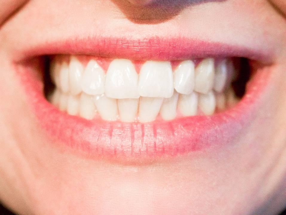 Mooie witte tanden met actieve kool
