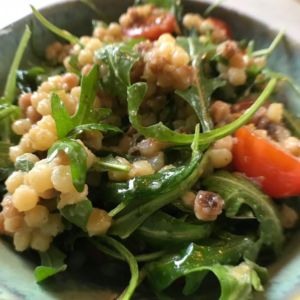 Italiaanse fregola met pesto, rucola en kerstomaatjes