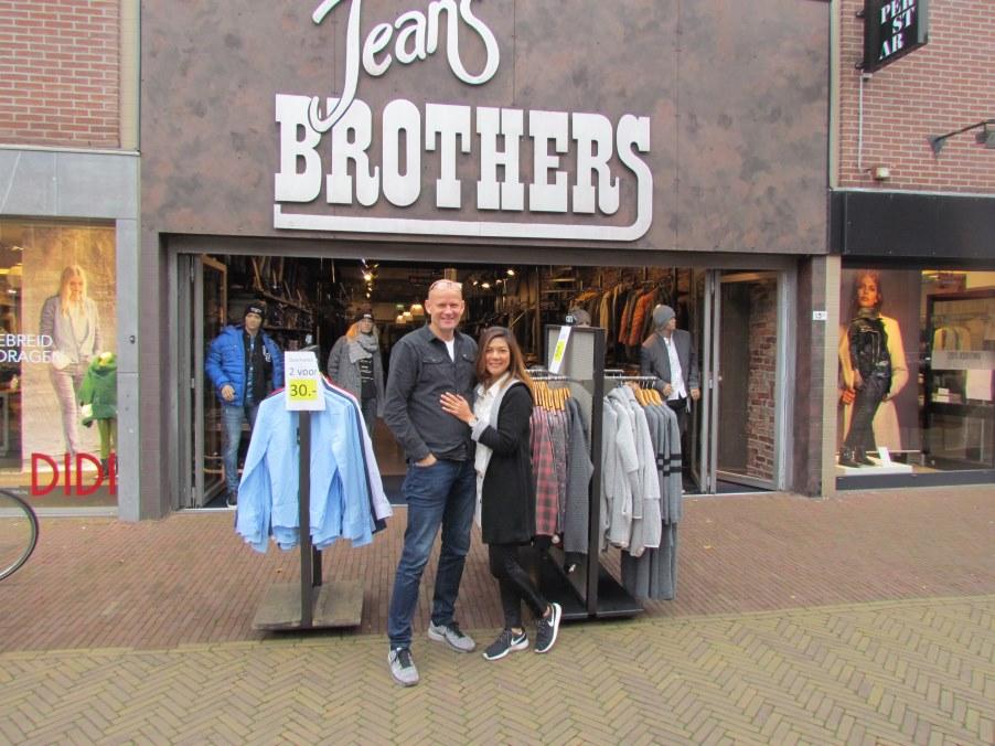 Bij deze afbeelding bestond Jeans Brothers 25 jaar.